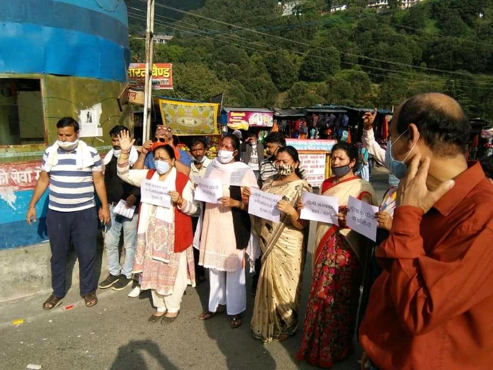 भवाली में कांग्रेस कार्यकर्ताओं ने उत्तर प्रदेश सरकार का फूका पुतला